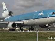 近距离实拍荷兰航空麦道11在机场起飞降落,人都快被吹走了