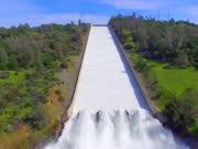 排水水坝泄洪的一幕,淘浪冲天,场面壮观