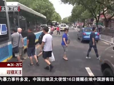 """[视频]""""礼让斑马线""""行动 公交车、出租车、公务用车带头先行"""