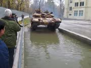 俄罗斯主战坦克不仅能漂移还能下水