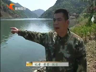 益阳:小车冲出路面坠入资江 武警挺身而出救起四人