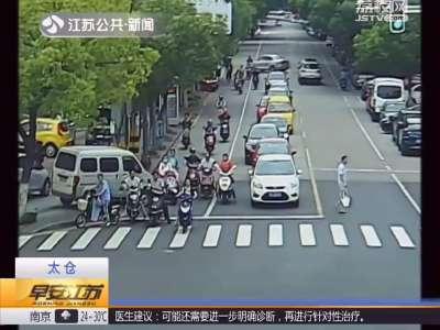 [视频]停车忘拉手刹 溜车险情频发