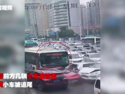 长沙一公交车司机疑因错踩油门 造成8车相撞