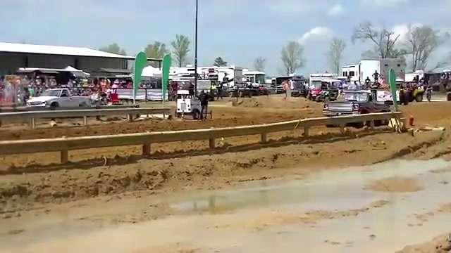 快速赛车,背后带起一片尘土