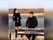 农村小夫妻唢呐合奏一曲经典老歌,曲调优美,真是太好听了