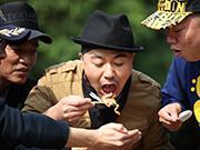 """《两天一夜》20131208:吴宗宪上演限制级""""艳舞""""众男神为求路费街边卖艺"""