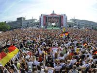 十万人接机!四星德国凯旋球迷迎接场面壮观
