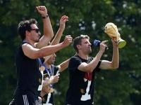 德国队大巴抵达庆典舞台  众将登台耍宝庆祝