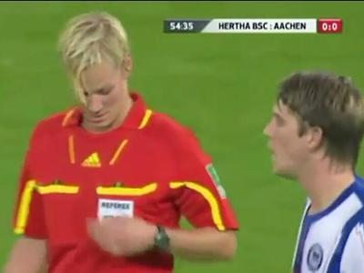 放开那个女人让我来!球员足球赛场袭胸美女裁判