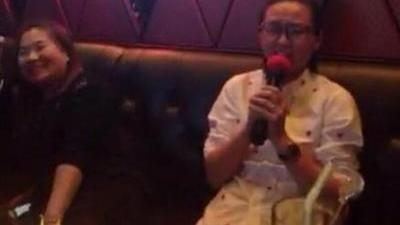 杨幂曝周笔畅KTV唱《爱的供养》照片  网友调侃:看成腾格尔