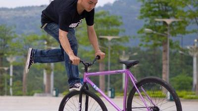 死飞自行车隐患多 夺命脚踏为生命加速度