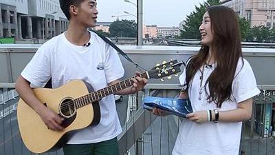 男女组合街头卖唱有奇遇 文卓宿舍变身吉他老师