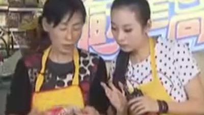 现场制作年糕梭子蟹 假后注意清淡饮食