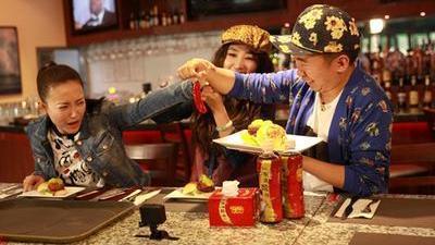 杨迪郝洛钒吃最辣汉堡辣到哭