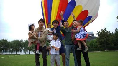 四家庭热气球前催泪温情合影 精彩片段大集合