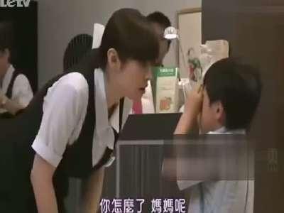 日本美女竟然被小男孩袭胸
