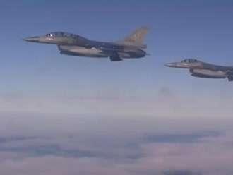 去荷兰的飞机上遇到四架f16,飞行员还挥手