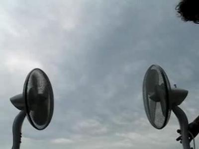 实拍纸飞机在两只风扇气流间保持平衡