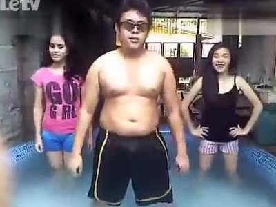 肥仔浴池里与俩美女热舞psy鸟叔gentleman绅士