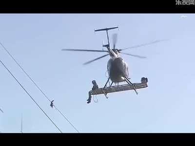 小鸟受困高压线 直升飞机来救援