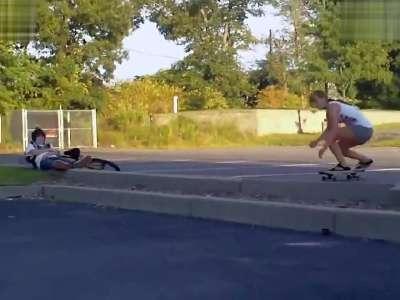 美女玩滑板意外被爆菊!