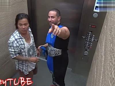 真人快打电梯恶作剧 吓尿美女狂按键