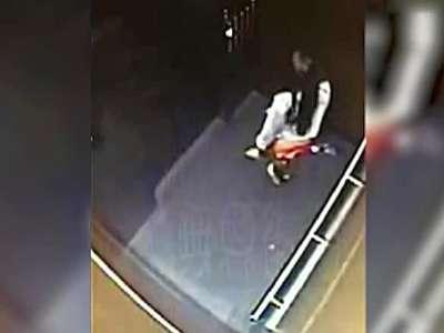 美女电梯内小便遭监控全程拍下