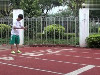 三級蛙跳技術:一,第一跳,第二跳身體重心的騰空軌跡比較平.圖片